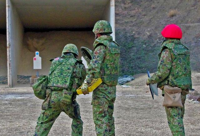 画像3: 防護マスク着け射撃競う|陸自対馬警備隊