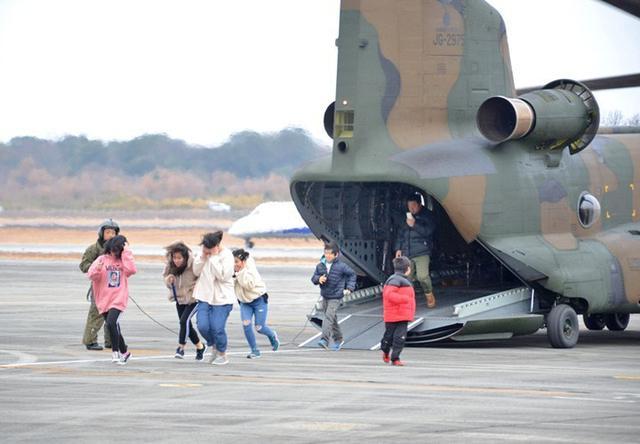 画像1: 輸送ヘリ体験搭乗に71人|熊本地本
