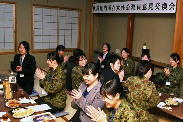 画像: 女性公務員が意見交換|秋田駐屯地