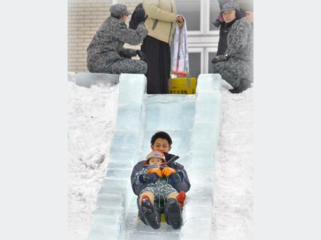 画像: 氷のすべり台で介助|空自八雲分屯基地