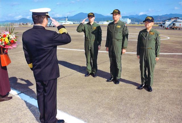 画像2: 隊員3人がセレモニーフライト|海自22航空隊