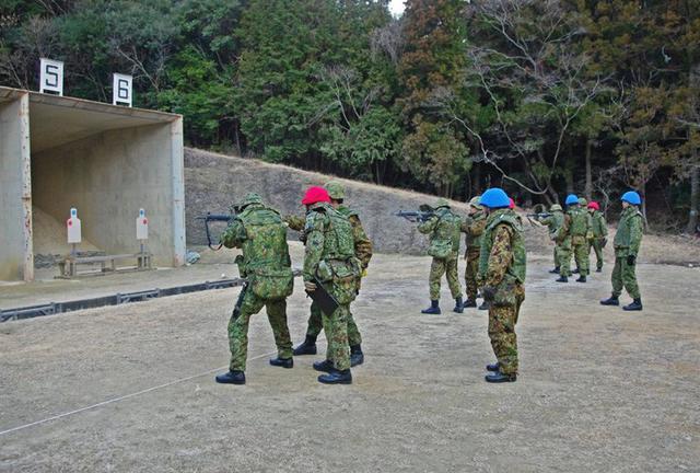 画像2: 防護マスク着け射撃競う|陸自対馬警備隊