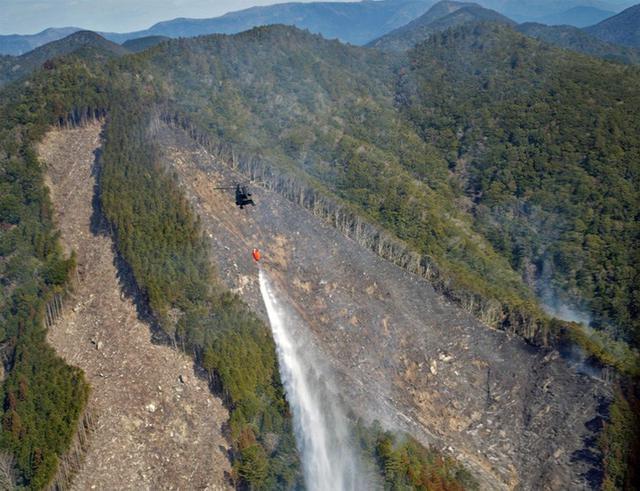 画像1: 山林火災 ヘリ4機が出動|八尾駐屯地