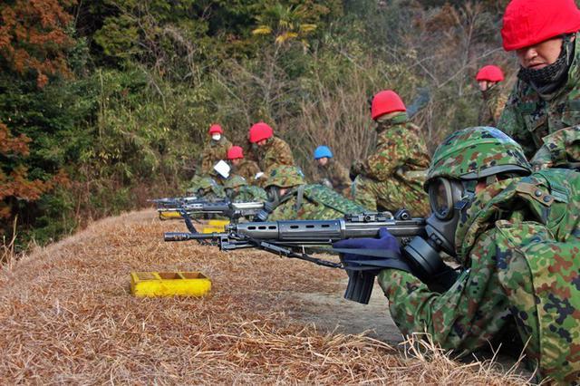 画像5: 防護マスク着け射撃競う|陸自対馬警備隊