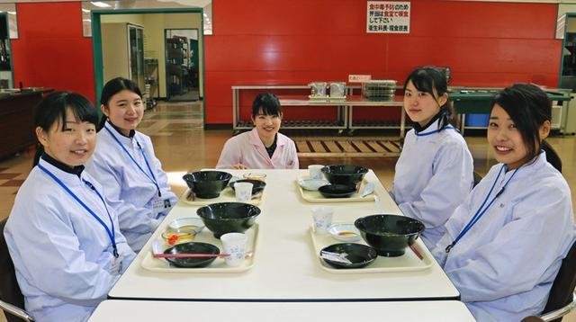 画像1: 女子大生4人に栄養実習|姫路駐屯地
