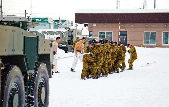 画像: 新成人、16式機動戦闘車と雪中綱引き|滝川駐屯地