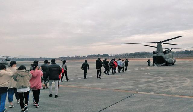 画像2: 輸送ヘリ体験搭乗に71人|熊本地本