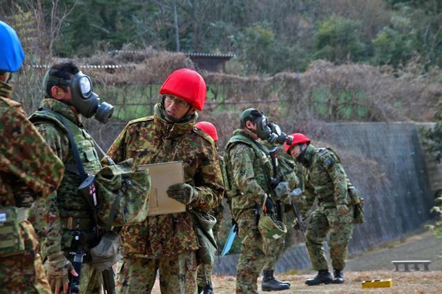 画像4: 防護マスク着け射撃競う|陸自対馬警備隊