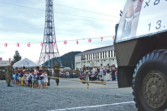 画像: 夏祭りで児童が車両と対決|福知山駐屯地