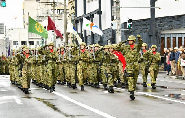 画像: 市中パレード 精強さアピール|弘前駐屯地