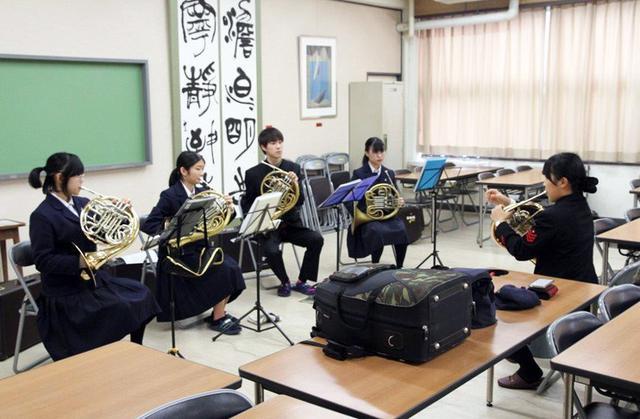 画像: 海自舞音が高校生に演奏指導|鳥取地本