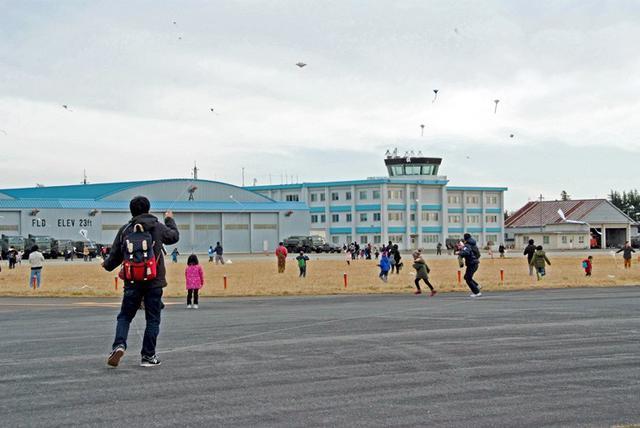 画像: 子どもたち300人 凧あげ楽しむ|霞目駐屯地