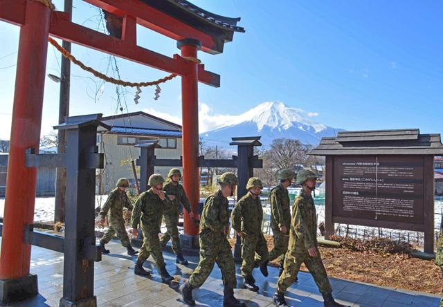 画像4: 3曹昇任者が徒歩行進訓練|北富士駐屯地