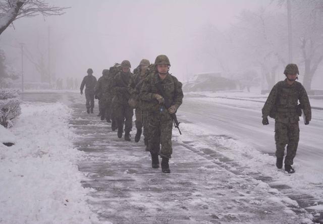 画像1: 3曹昇任者が徒歩行進訓練|北富士駐屯地