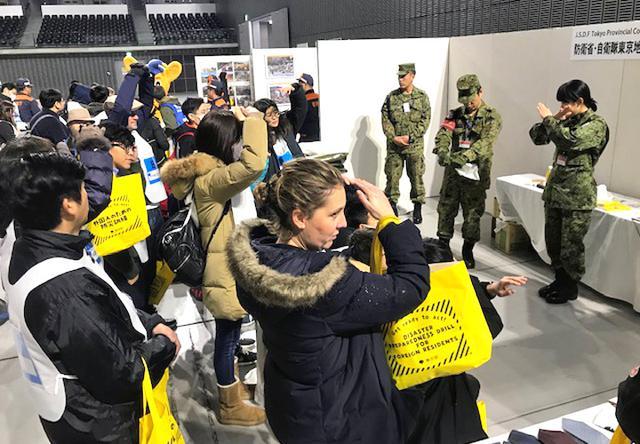 画像1: 「自衛隊ライフハック」外国人に防災指導|東京地本