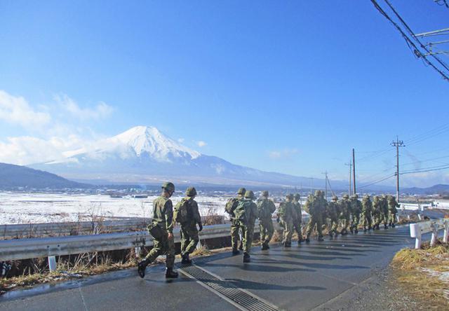 画像6: 3曹昇任者が徒歩行進訓練|北富士駐屯地
