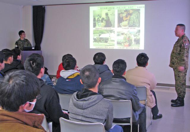 画像4: 入隊予定者らが基地見学|玖珠駐屯地