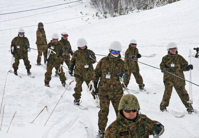 画像1: 北海道初勤務の将官らが寒冷地訓練|陸自冬季戦技教育隊