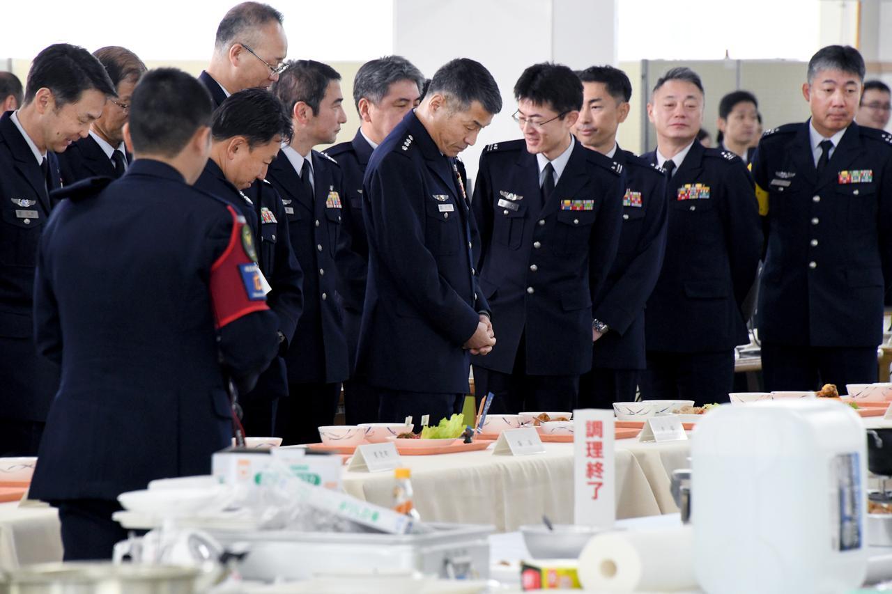 画像: 各給養員の作った空上げを見て回る丸茂航空幕僚長(中央)