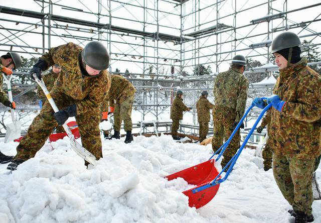 画像2: 「雪燈籠まつり」隊員65人が雪像制作|弘前駐屯地
