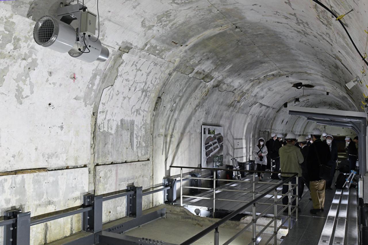 画像: 内部には数カ所に誘引ファン(左上)が設置され、空気の入れ替え対策もバッチリ
