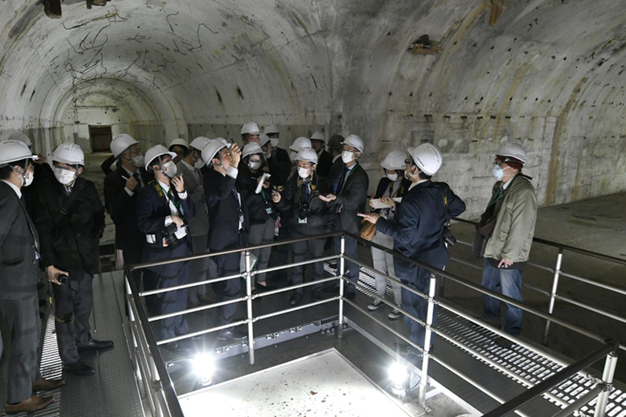 画像: 一般公開に先立って報道陣に公開された「大本営地下壕跡」