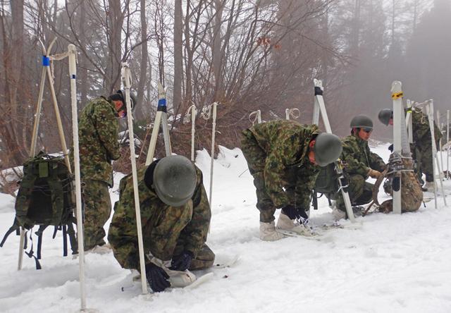 画像2: 雪道機動・遭難救助訓練に隊員200人|金沢駐屯地