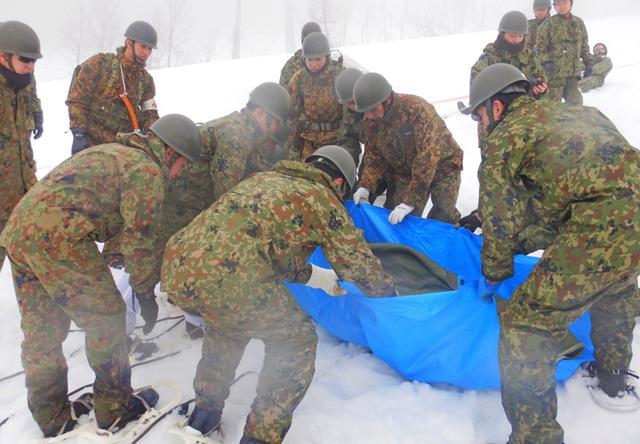 画像6: 雪道機動・遭難救助訓練に隊員200人|金沢駐屯地