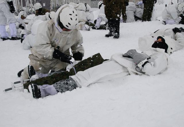 画像2: 山岳での生存機動、冬季遊撃技能を修得|陸自冬季戦技教育隊