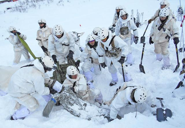 画像4: 山岳での生存機動、冬季遊撃技能を修得|陸自冬季戦技教育隊