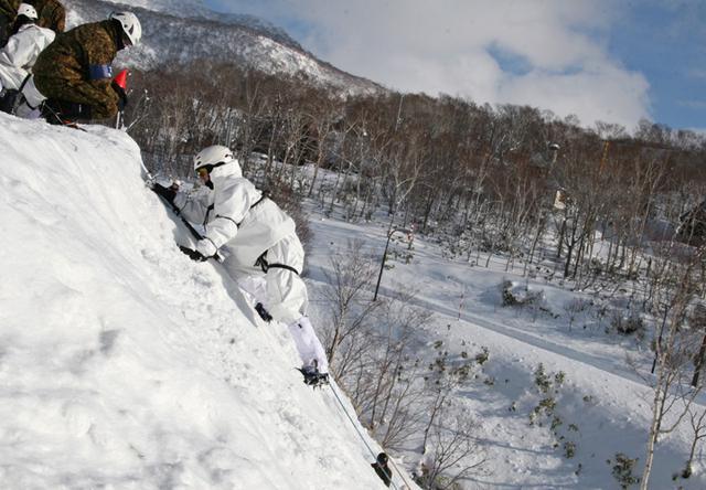 画像3: 山岳での生存機動、冬季遊撃技能を修得|陸自冬季戦技教育隊