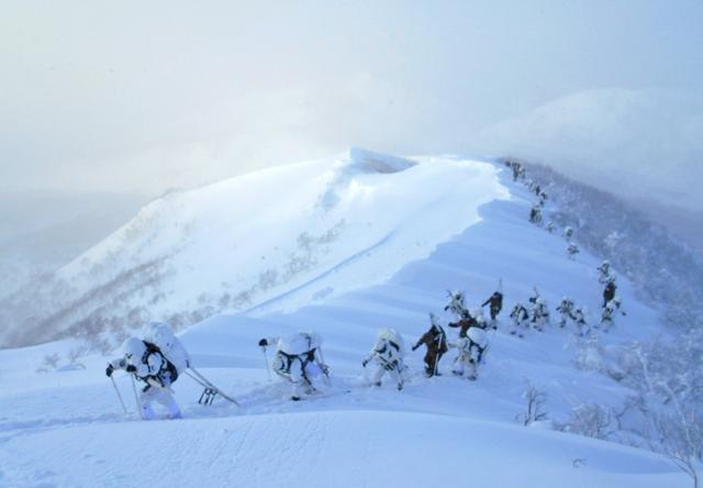 画像1: 山岳での生存機動、冬季遊撃技能を修得|陸自冬季戦技教育隊