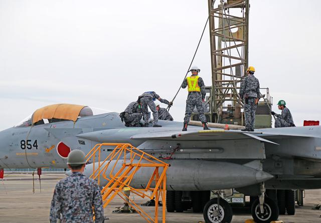画像3: 「かく座」した航空機の撤去・収容を演練 空自新田原基地