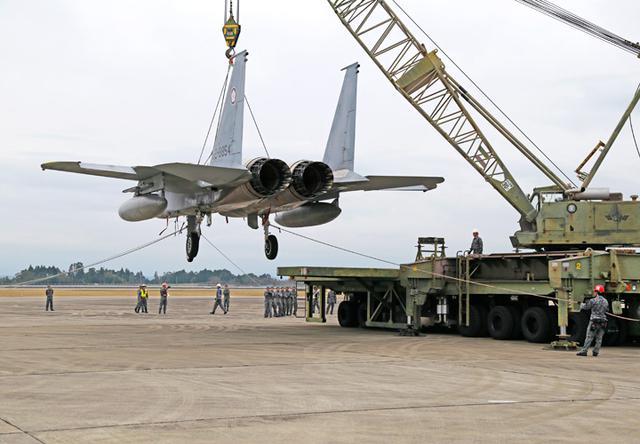 画像1: 「かく座」した航空機の撤去・収容を演練 空自新田原基地