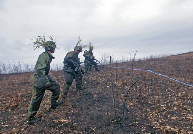 画像11: 新隊員が夜間35キロ行進後、戦闘を演練|陸自対馬警備隊