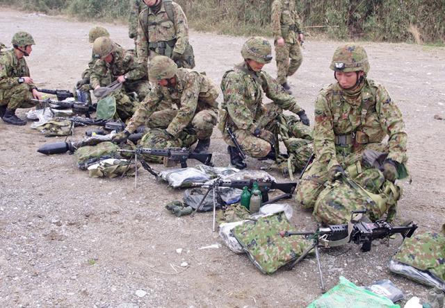画像3: 新隊員が夜間35キロ行進後、戦闘を演練|陸自対馬警備隊