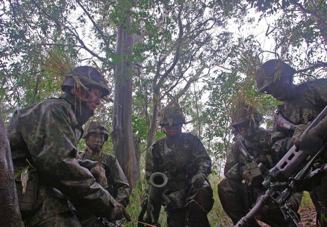 画像1: 新隊員が夜間35キロ行進後、戦闘を演練|陸自対馬警備隊