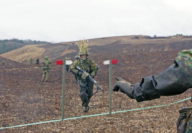 画像8: 新隊員が夜間35キロ行進後、戦闘を演練|陸自対馬警備隊