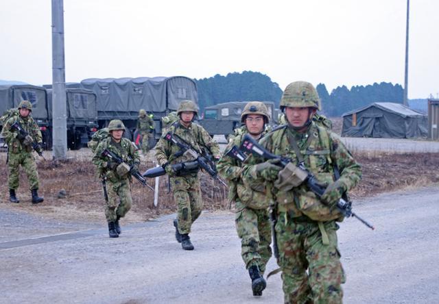画像5: 新隊員が夜間35キロ行進後、戦闘を演練|陸自対馬警備隊
