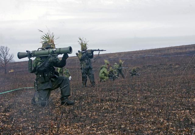 画像9: 新隊員が夜間35キロ行進後、戦闘を演練|陸自対馬警備隊