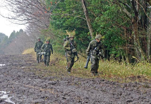 画像6: 新隊員が夜間35キロ行進後、戦闘を演練|陸自対馬警備隊