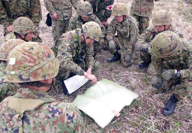 画像4: 新隊員が夜間35キロ行進後、戦闘を演練|陸自対馬警備隊