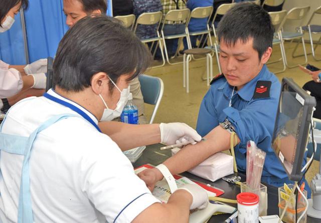 画像2: 「献血激減」受け隊員155人が協力|海自下総教空群