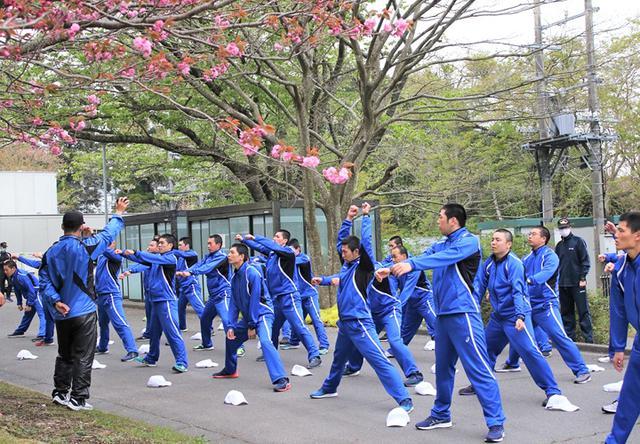 画像2: 「自衛隊体操」体得中の自候生を激励|静岡地本