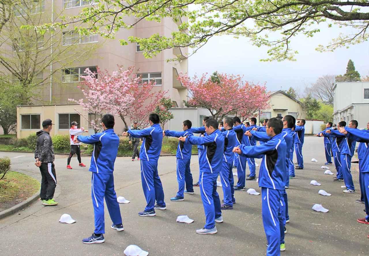 画像1: 「自衛隊体操」体得中の自候生を激励|静岡地本
