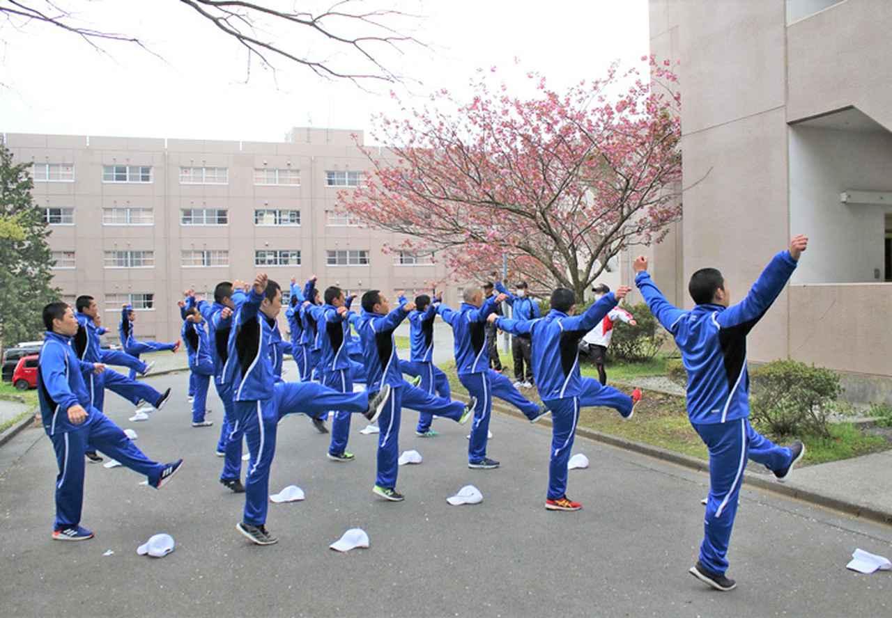 画像3: 「自衛隊体操」体得中の自候生を激励|静岡地本