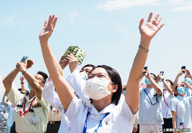 画像: ブルインのフライトに歓声を上げる自衛隊中央病院のスタッフ