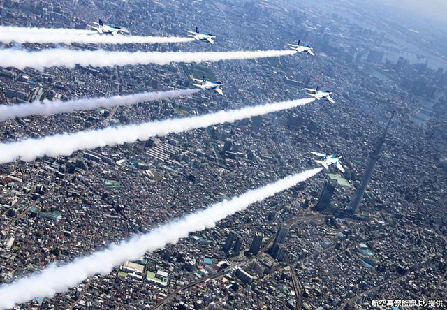 画像: 編隊長の遠渡祐樹2空佐の指揮の下で「感謝飛行」を行うブルイン6機