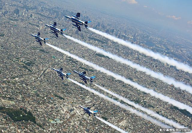 画像: 東京都心上空でスモークを引きながら雄姿を披露する6機のプルーインパルス