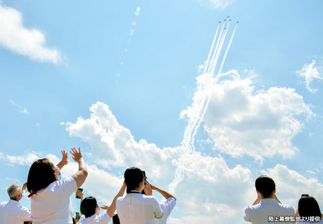 画像: 大空を舞うブルインに手を振る自衛隊中央病院のスタッフたち
